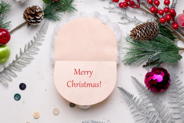 Diy kerstkaart stap voor stap. van gekleurd papier en katoen. dit is een kant-en-klare kaart in de vorm van een kerstman erin, waar je je wensen op schrijft.