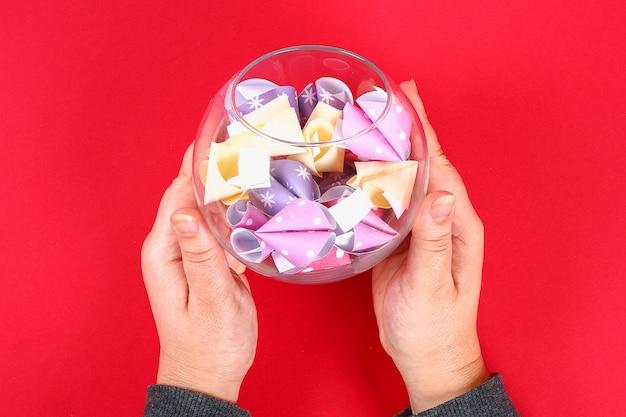 Diy koekje met voorspellingen rode achtergrond. geschenkideeën, decor voor chinees nieuwjaar.