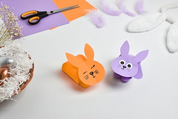 Diy papieren konijn voor pasen. stapsgewijze instructies. stap 4 het konijn is klaar.