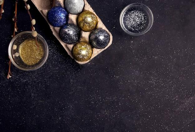 Diy pasen. eieren versierd met pailletten. kopieer ruimte.