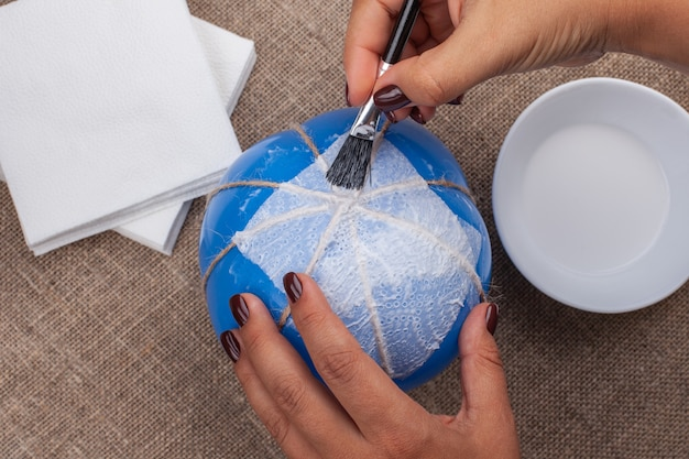 Diy-pompoen maken van servetten en een ballon, een hobby van isolatie.
