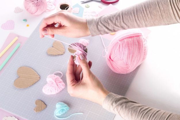 Diy-project maken. breien decoratie. ambachtelijke gereedschappen en benodigdheden. seizoen thuis valentijnsdag decor.