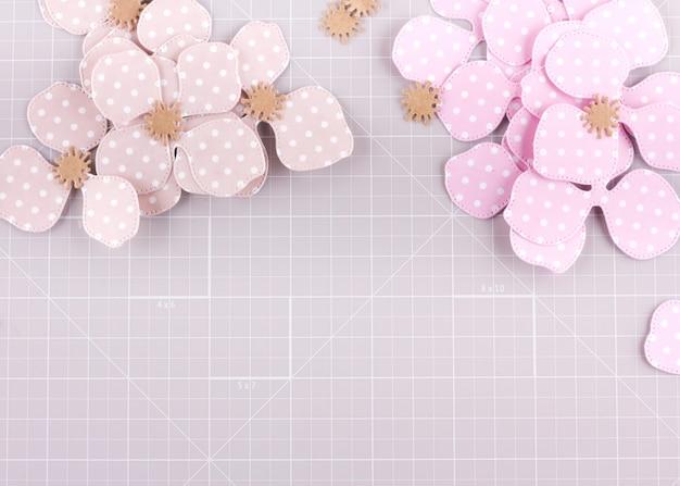 Diy-project maken. papieren decoratie. ambachtelijke hulpmiddelen en benodigdheden voor scrapbooking. seizoen thuis bloem decor.