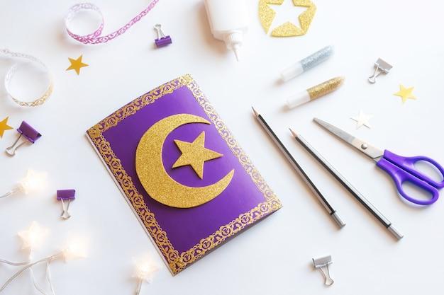 Diy ramadan kareem-kaart met gouden wassende maan en een ster.