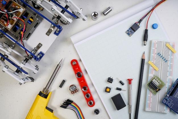 Diy robot engineer gemaakt op basis van een micro-controller en een verscheidenheid aan sensoren en gereedschappen.