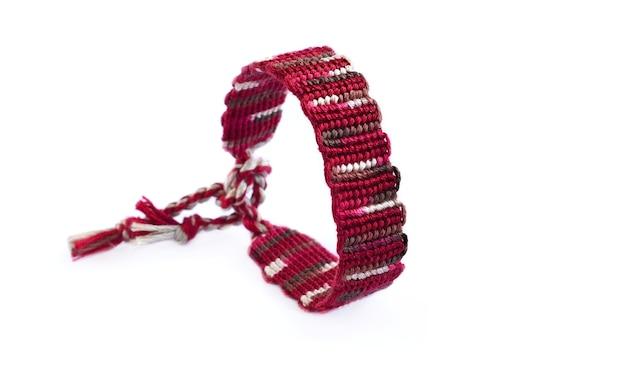 Diy rode geweven gebonden vriendschap armband geïsoleerd op een witte achtergrond