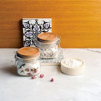 Diy spa-concept, het maken van spa-zout met gedroogde roos en rozemarijnbloem