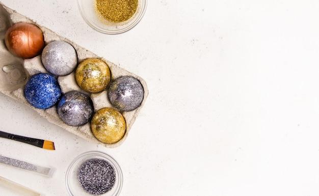 Diy voor pasen. eieren geschilderd in sparkles op een witte achtergrond.