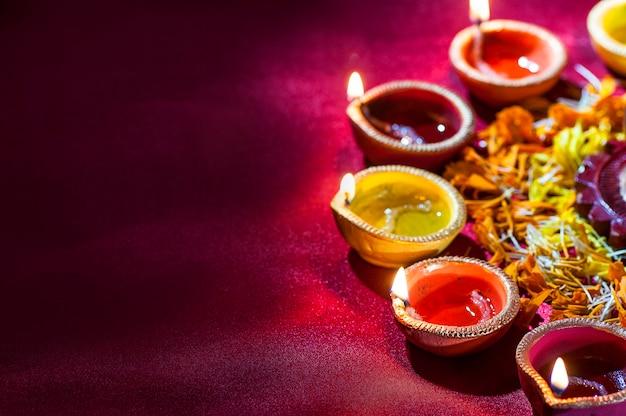 Diya-lampen van klei staken aan tijdens diwali-viering. wenskaartontwerp indian hindu light festival genaamd diwali