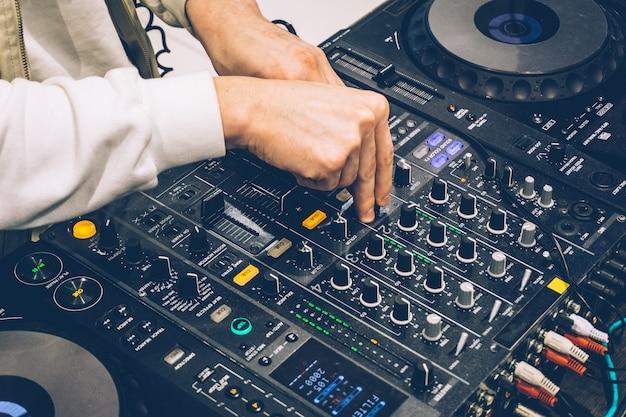 Dj-console over de uitvoering (feest). muziek maken en dj afstemmen op apparatuur