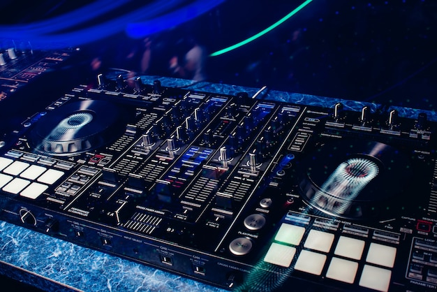Dj-controlepaneel aan voor professionele muziek en geluid