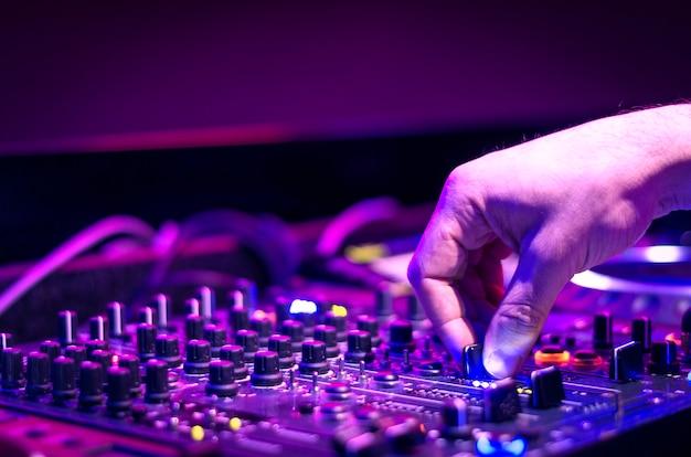 Dj-geluidsapparatuur bij nachtclubs en muziekfestivals
