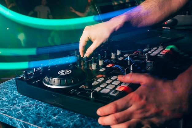 Dj in stand spelen in nachtclub
