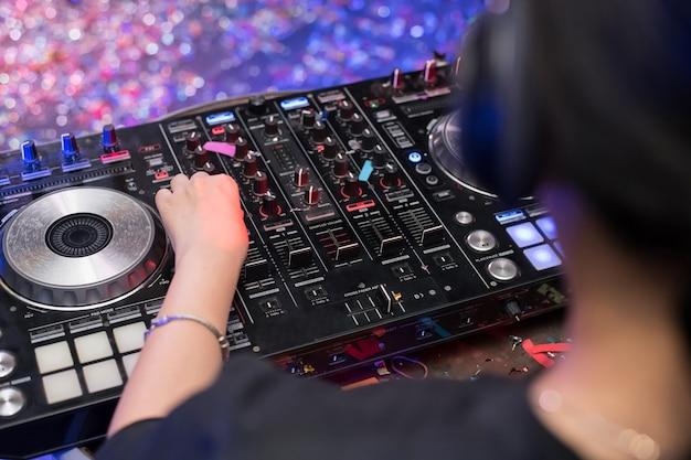 Dj is ritmemuziek met controller en mixer