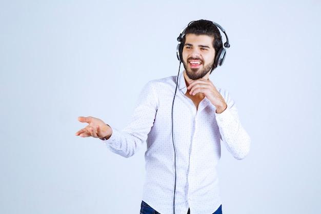 Dj met koptelefoon introduceert iemand met emoties