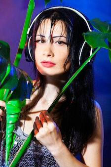Dj met koptelefoon met groene tropische bladeren van monstera
