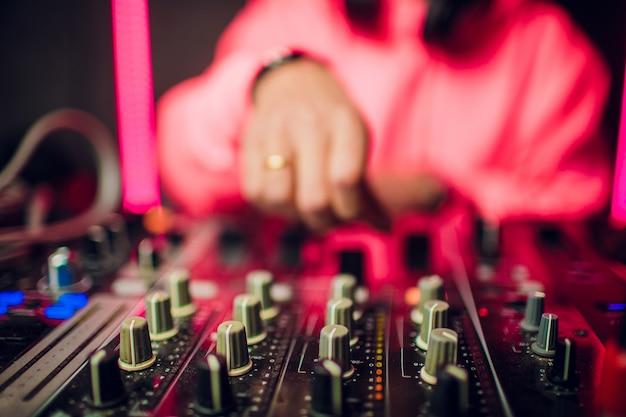 Dj mixen in nachtclub op feestje.