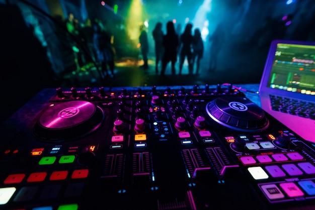Dj mixer-controller bord voor professionele mix van elektronische muziek in een nachtclub