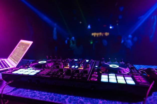 Dj-mixer in de stand op de achtergrond van de dansvloer