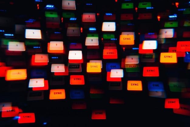 Dj-mixer in een nachtclub met gloeiende gekleurde lichten van controllers en knoppen