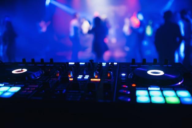 Dj-mixer op de lijstachtergrond de nachtclub