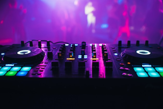 Dj-mixer op de tafel de nachtclub