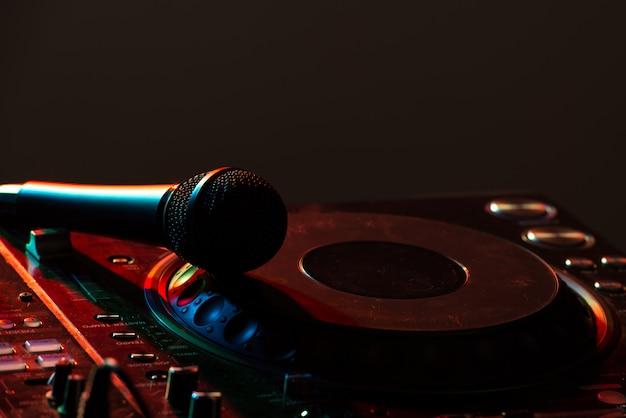 Dj-mixerapparatuur om het geluid te regelen en muziek af te spelen.