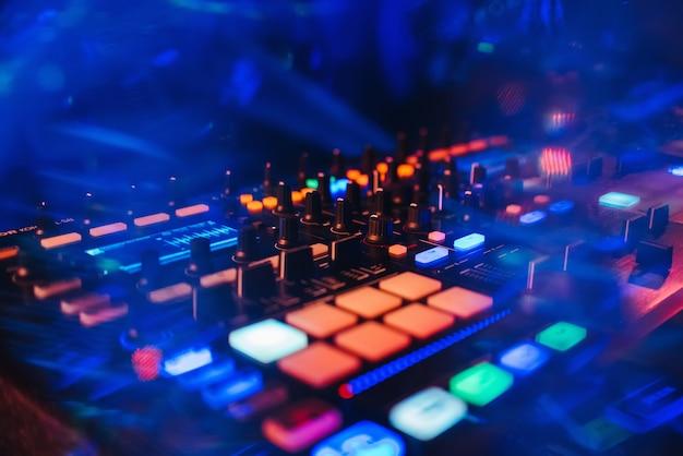 Dj-mixercontrolepaneel voor het afspelen van muziek en feesten