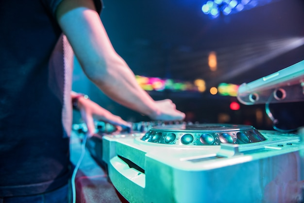 Dj mixt het nummer in de nachtclub op feestje, met de hand muziek op draaischijf op feestje