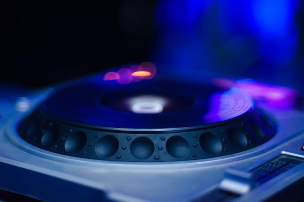 Dj-opstelling voor het afspelen van elektronische muziek, vervaagd gekleurd