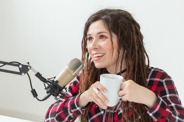 Dj, radiopresentator en blogconcept - jonge vrouw die in de studio werkt.