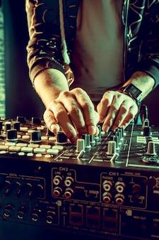 Dj-speelmuziek bij mixerclose-up