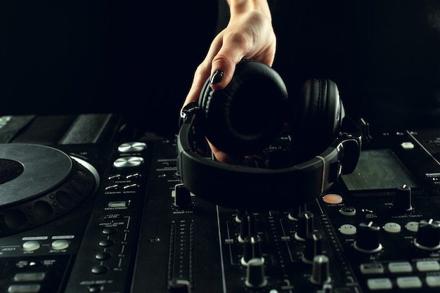 Dj-speelmuziek op mixer close-up