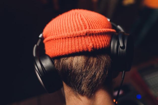 Dj speelt muziek. het zekere jonge dj spinnen op draaischijf terwijl geïsoleerde status.