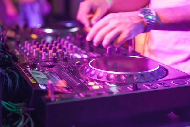 Dj speelt muziek op mixer
