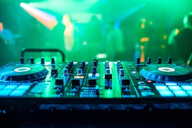 Dj-stand op nachtclubfeest voor het mixen van muziek