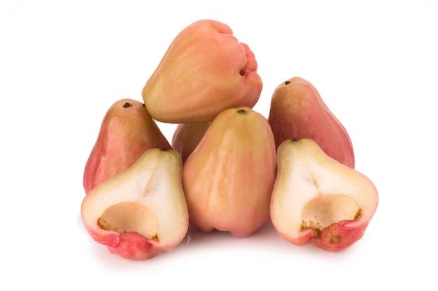 Djamboevruchten op witte achtergrond worden geïsoleerd die