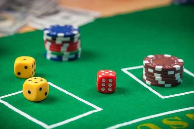 Dobbel op de goktafel van het casino. pookspaanders en bankbiljetten op lijst in casino.