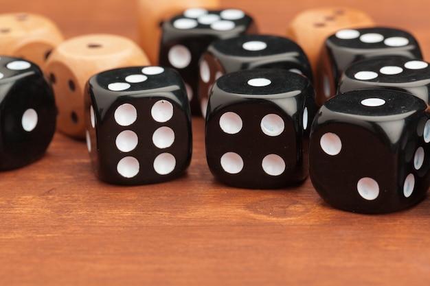 Dobbel op een houten tafel. concept voor bedrijfsrisico.