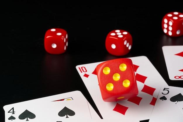 Dobbelstenen en kaarten verspreid op tafel close-up