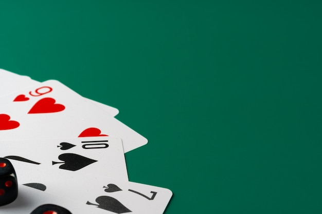 Dobbelstenen en kaarten verspreid op tafel