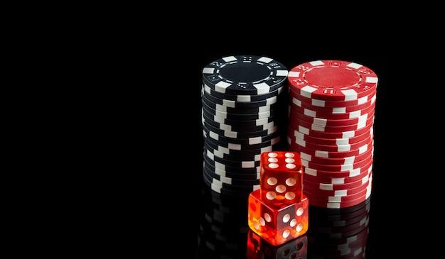 Dobbelstenen met maximale winnende combinatie van twaalf in craps op zwarte tafel en chips op de achtergrond