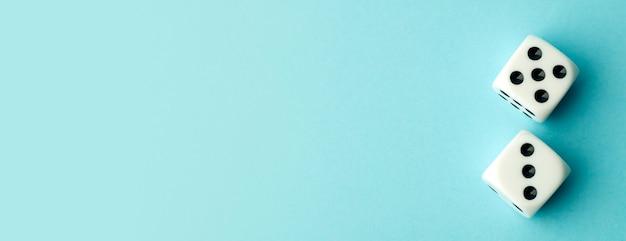 Dobbelstenen op blauwe banner achtergrond.