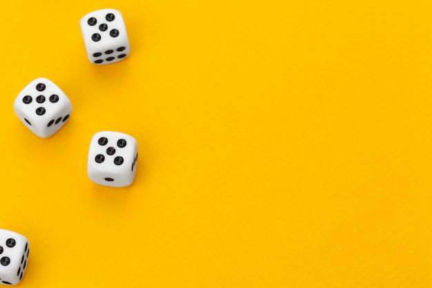 Dobbelstenen op een gele achtergrond