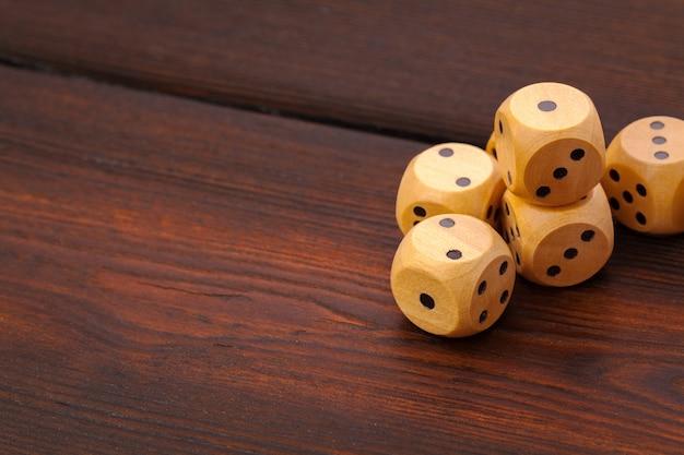 Dobbelstenen op houten tafel. achtergrond voor casinospelen.