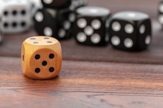 Dobbelstenen op houten tafel. casinospelen.