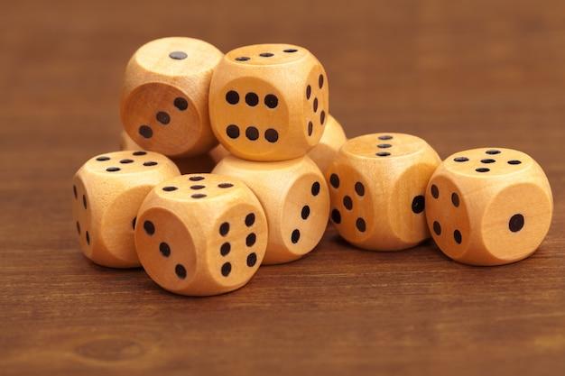 Dobbelstenen op houten tafel