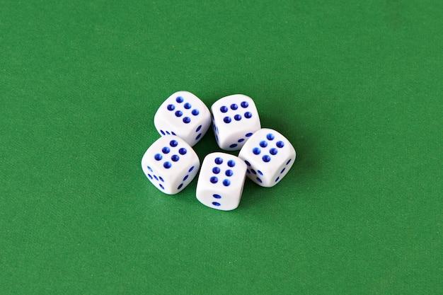 Dobbelstenen spelen op een groene ondergrond