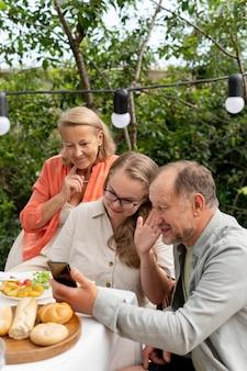 Dochter bezoekt haar ouders voor een lunch bij hen thuis Premium Foto