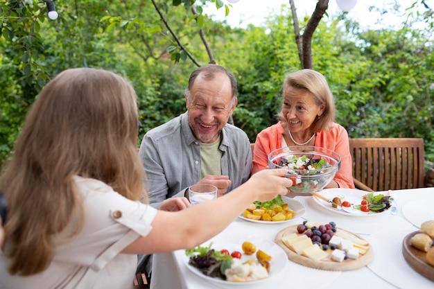 Dochter bezoekt haar ouders voor een lunch bij hen thuis